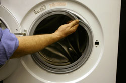 Καθαρισμός του λάστιχου στον κάδο του πλυντηρίου ρούχων